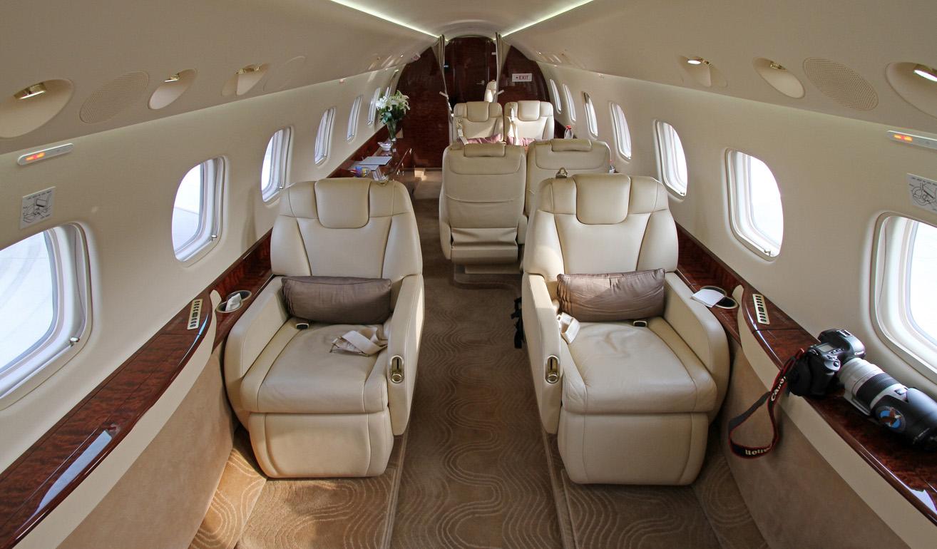 Embraer Legacy 650_cabin.jpg