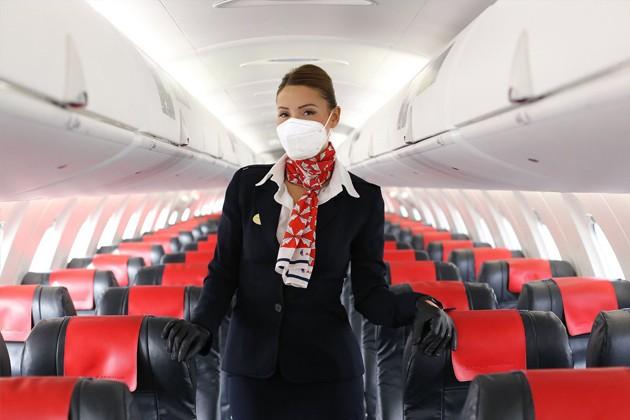 AirNostrum_asistente vuelo mascarilla.jpg